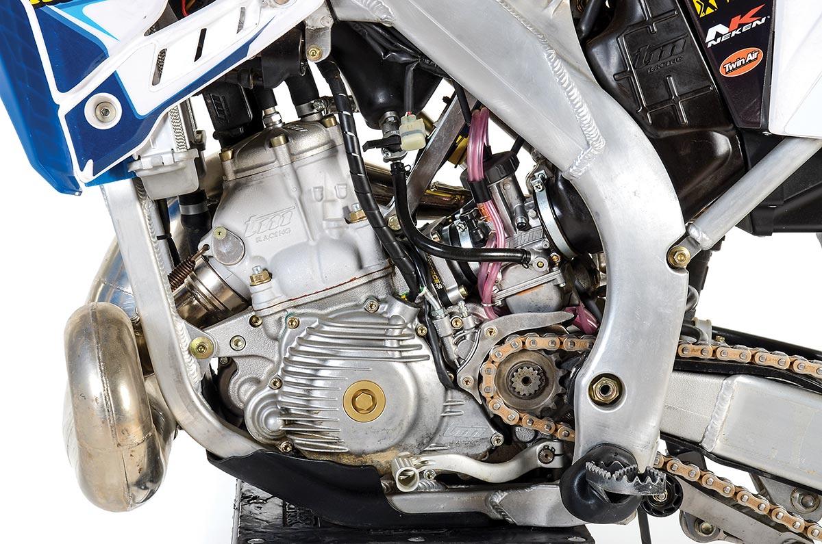 Le TM utilise un carburateur Keihin même si la société a TPI d'injection de carburant sur la route à deux coups. (Droit) de La dernière TM à deux temps a un counterbalancer et démarrage électrique.
