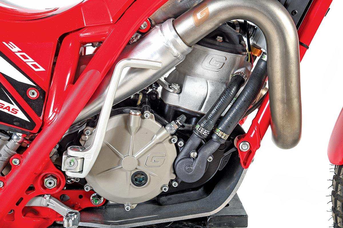 Le moteur est petit, la note d'échappement calme et il faut généralement plusieurs coups de pied pour obtenir le feu.